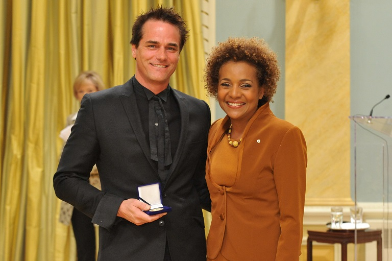 Paul Gross accepting his award at Rideau Hall, 2009.